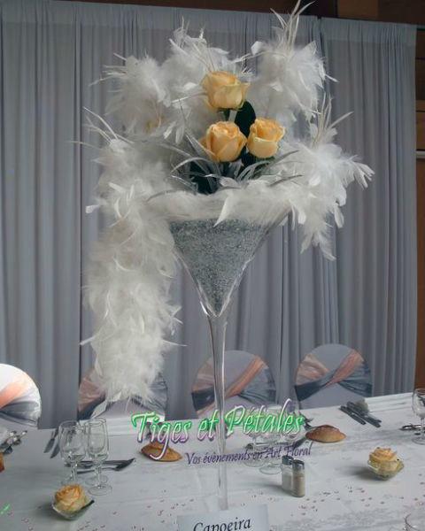 Vase cmartini entre table plumes et fleurs - Tiges et Pétales