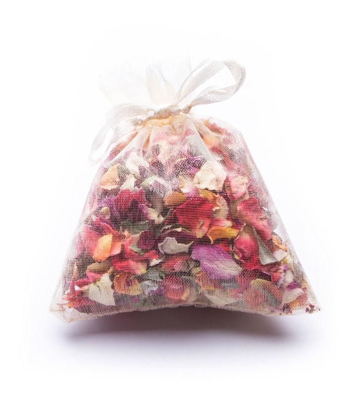 Petalos de capullitos de rosa y flores naturales para que las invitadas a la boda los arrojen a los novios. Presentación en bolsita de organza. Posibilidad de etiquetado personalizable.