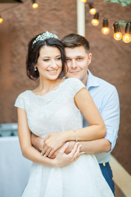 семейный ужин, свадебный декор, лампочки, жених и невеста