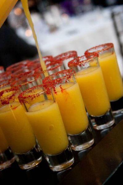 Barra de bebidas, barra de dulces, barra de postres para bodas por La Chapita
