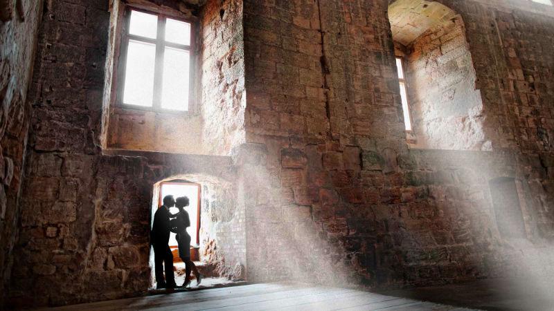 Beispiel: Brautpaar vor historischer Kulisse, Foto: Katja Schünemann Wedding Photographie.