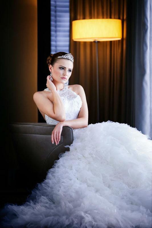 Beispiel: Brautmode, Foto: AMV Braut- und Abendmode.