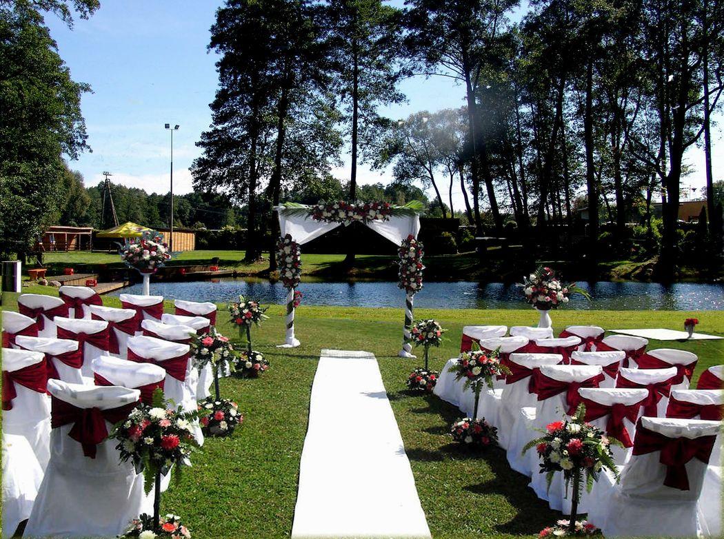 Aranżacja do ślubu plenerowego w Zbiroży