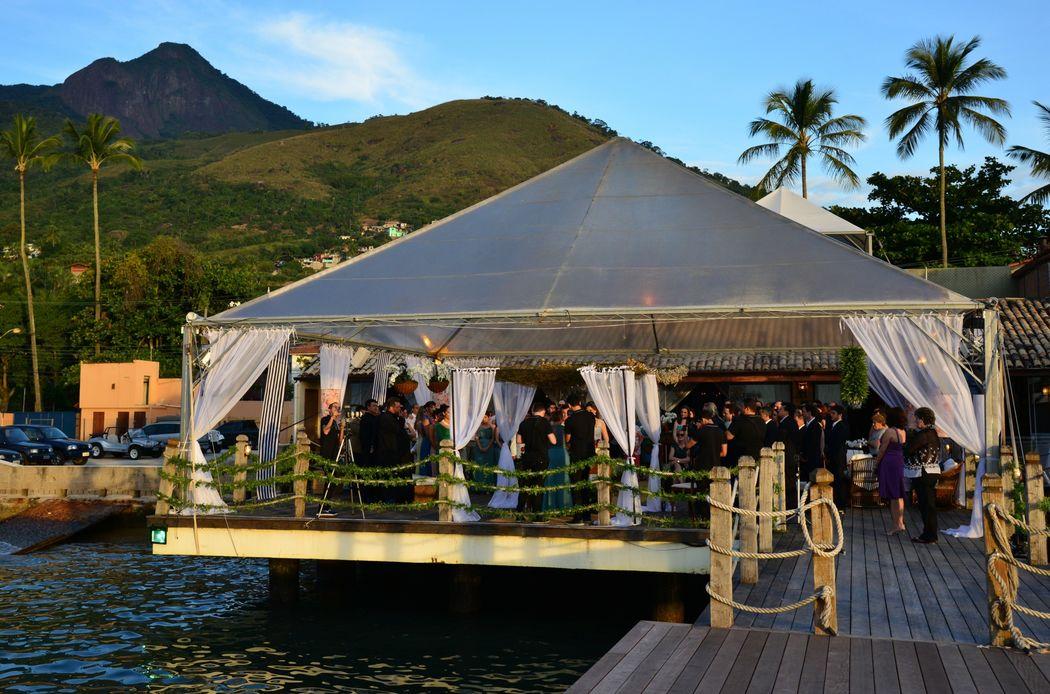 No Pier 151 nenhuma noiva se preocupa com o mau tempo, o deck todo é protegido por uma tenda transparente que o protege por inteiro.A festa continua sobre o mar.