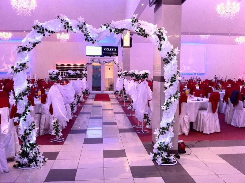 Beispiel: Empfangsdekoration in Ihrer Hochzeitslocation, Foto: Arkadas Dekorasyon.