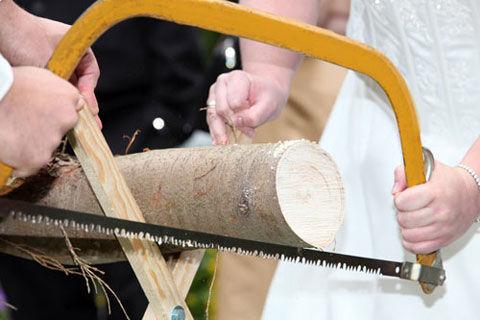 Beispiel: Hochzeitsspiel Baumstamm sägen, Foto: Galleryy.