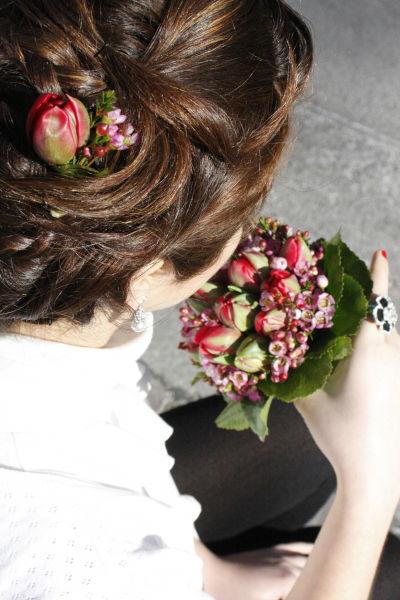 Beispiel: Zum Brautstrauß passender Haarschmuck, Foto: Die Blumenbinderin.