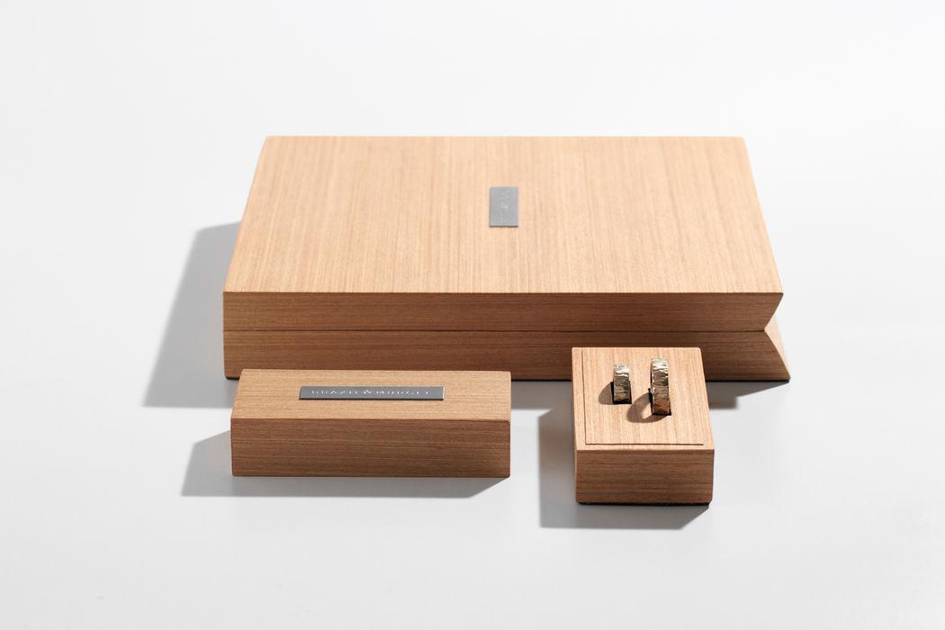 As alianças e as demais peças em ouro são sempre entregues nos estojos de madeira, também feitos à mão.
