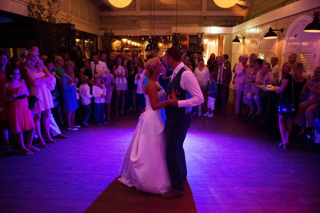 Papa's Beach House, officiële trouwlocatie,  bruidspaar dansen