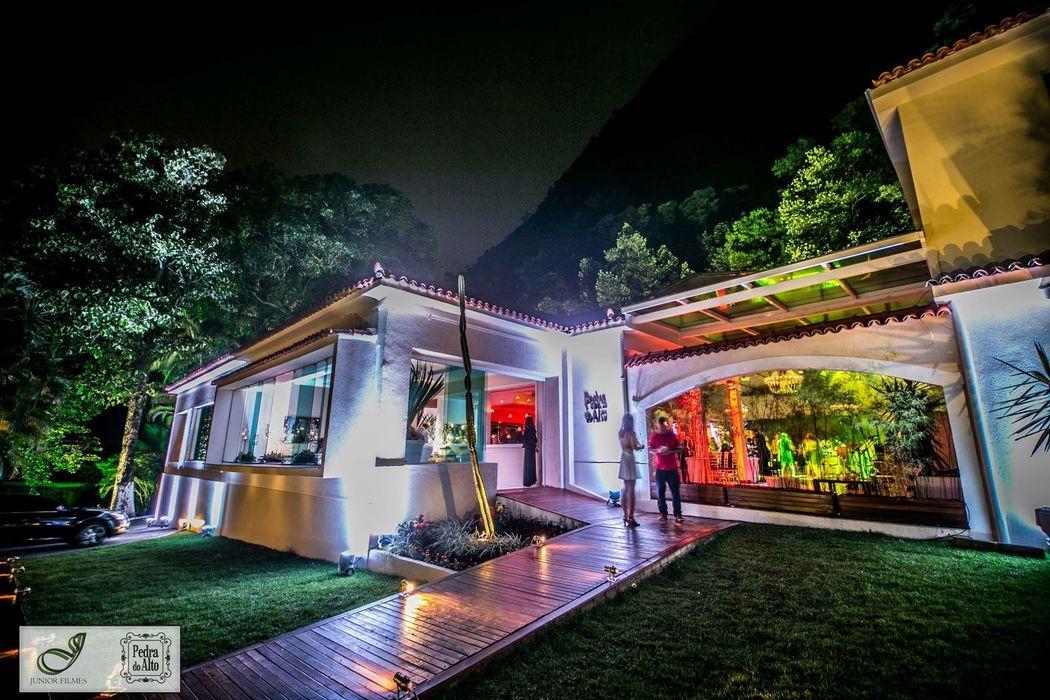 Iluminação destacando fachada e paisagismo