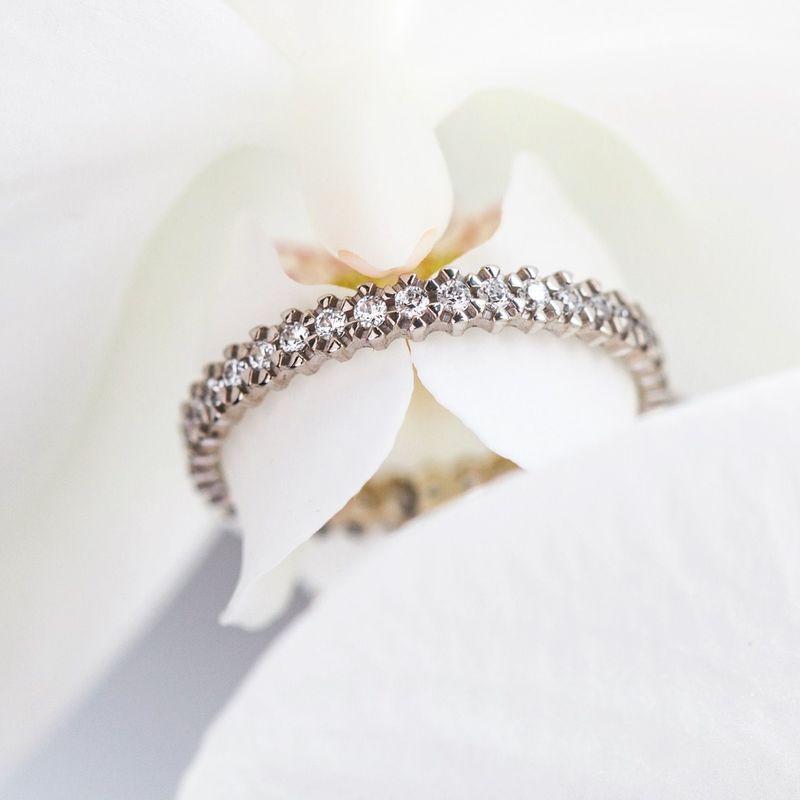 Нежнейшее тоненькое колечко украшенное 32 бриллиантами.  Эту модель мы можем сделать в белом, жёлтом или розовом цвете золота - на Ваш выбор! Для расчета стоимости или заказа звоните  8 (495) 125 25 05
