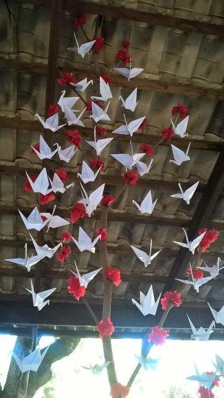 Galho grande de tsuru e flor de ipê vermelho