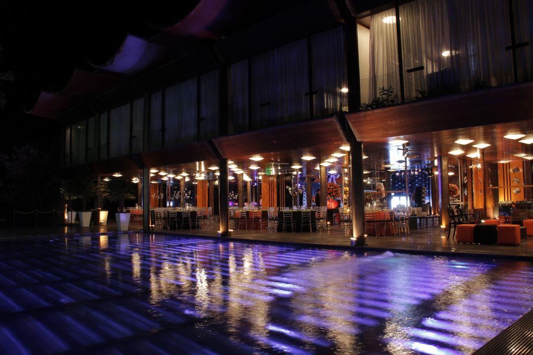 Iluminação destacando fachada e piscina