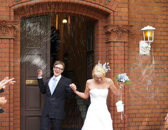 Beispiel: Glückliches Brautpaar, Foto: JaSager Berlin.