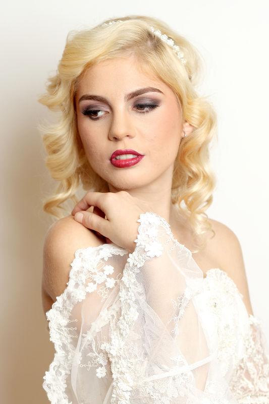 Novia Glamour Maquillaje tradicional en tonos cafés para noche Peinado en rizos sueltos