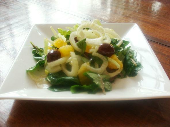 Insalata di finocchio Salada de erva-doce, laranja, azeitonas pretas e alface