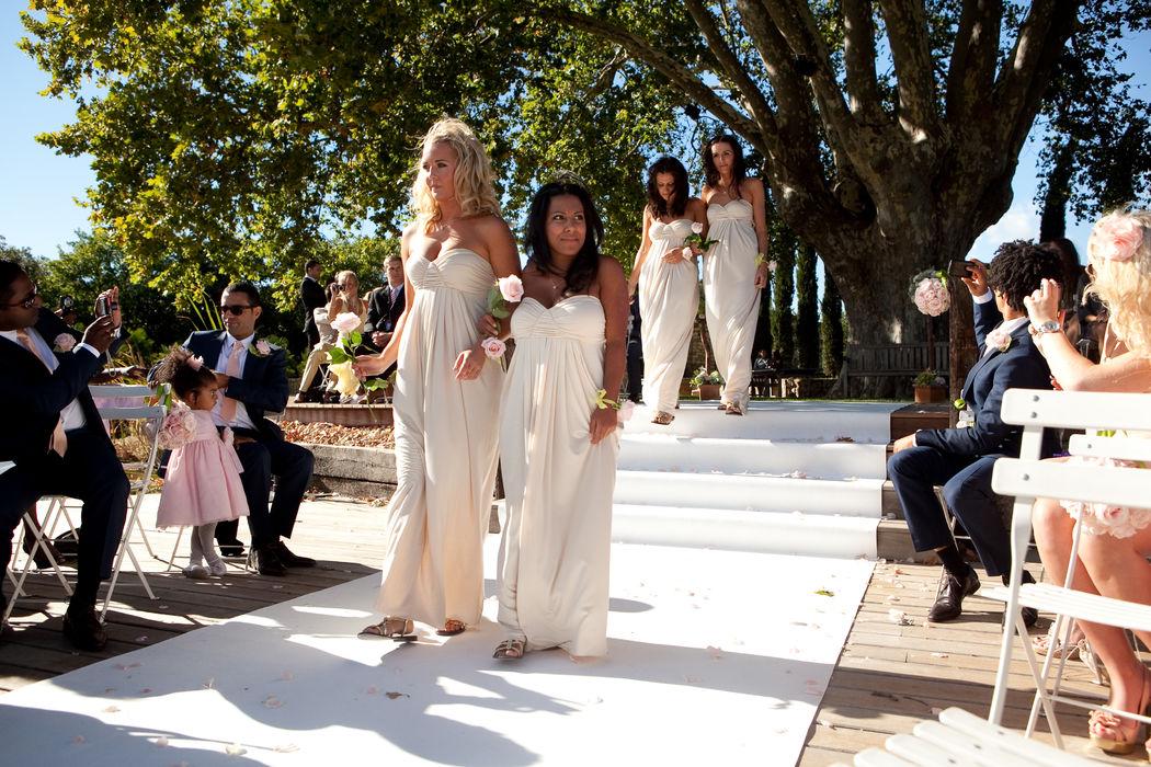 Mariage de Georgina & George, organisé au Domaine des Andéols dans le Lubéron Cérémonie laïque, décoration A Fleur et à Mesure Crédit Studio Cabrelli