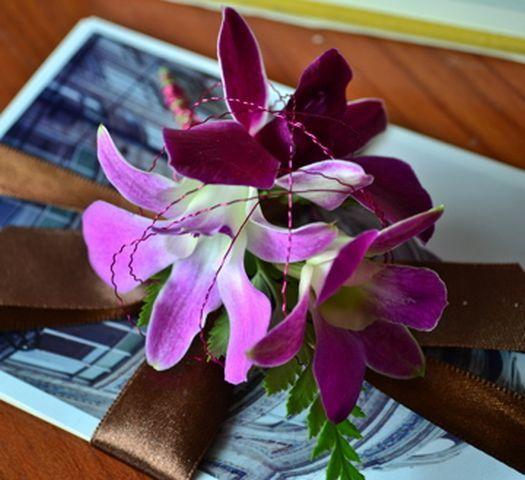 Accesorios florales Floristika Este es el boutonier juego del ramo de orquidea Dendrobium de producción nacional