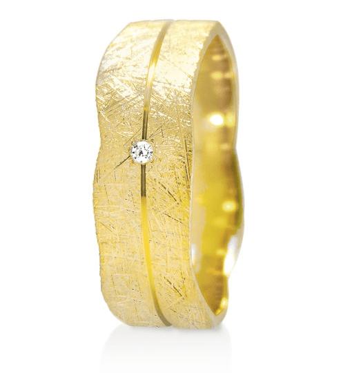 Laissez-vous emporter dans l'univers merveilleux d'Angeli Di Bosca. Cette merveilleuse alliance de la collection Infini dispose d'un diamant de 0,007 carat. Elle est en or jaune 18 carats brossé avec un liseré central poli