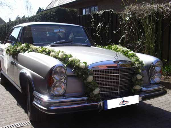 Beispiel: Mercedes Benz mit Hochzeitsschmuck, Foto: Oldtimer Paradies.