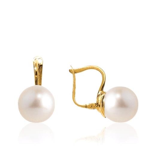 Ces magnifiques boucles d'oreilles dormeuses sont pour chacune surmontées d'une perle d'Akoya ronde de 7.5/8millimètres. Elles sont composées d'or jaune 18 carats pour un poids d'or moyen de 1,7 gramme.