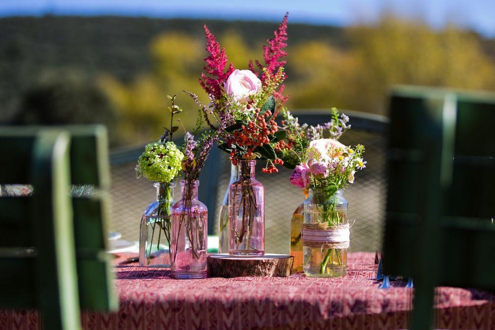 botellitas con flores silvestres para el centro de mesa