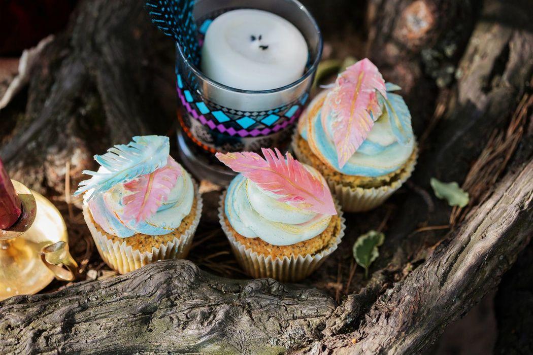 Капкейки в стиле бохо: украшены вафельными пёрышками