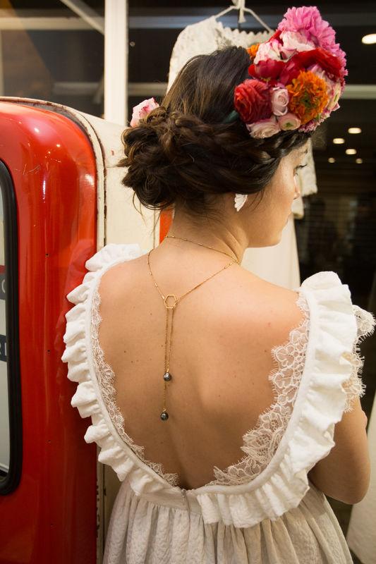 Collier de dos plaqué Or et perles de Tahiti Robe Éléonore Pauc Couronne de fleurs Herbes Fauves Photo caroline Happy Pics