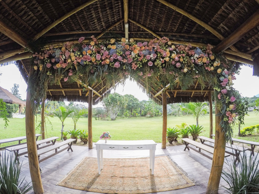 Altar com arco floral maravilhoso