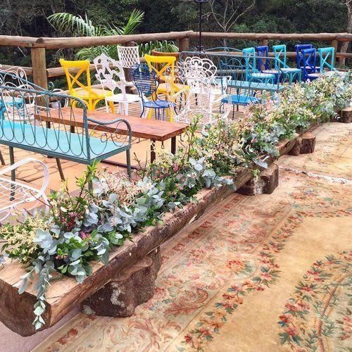 Detalhes que encantam: tronco que virou jardim no caminho dos noivos + cadeiras e bancos com as cores do casamento