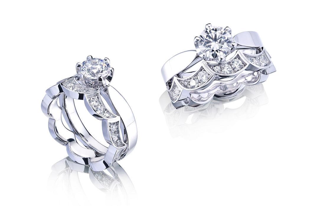 Solitaire und Alliance in Weissgold mit Diamanten: Spezielles Design, bei dem sich der Alliance-Ring perfekt der Fassung des Solitaire-Ringes anpasst. Aus unserer Schmuck-Kollektion