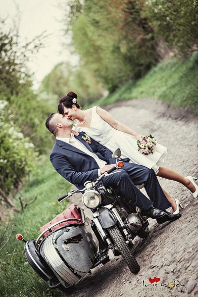 Brautpaar, Brautpaarshooting, Hochzeitsreportagen im Vintage-stil, Brautpaarfotos im Vintage-stil, Vintage Hochzeit, Rockabella Brautkleid, Motorrad mit Beiwagen, Hochzeitsfotos im retro-styl, einzigartige Hochzeitsfotos von Iris Woldt,