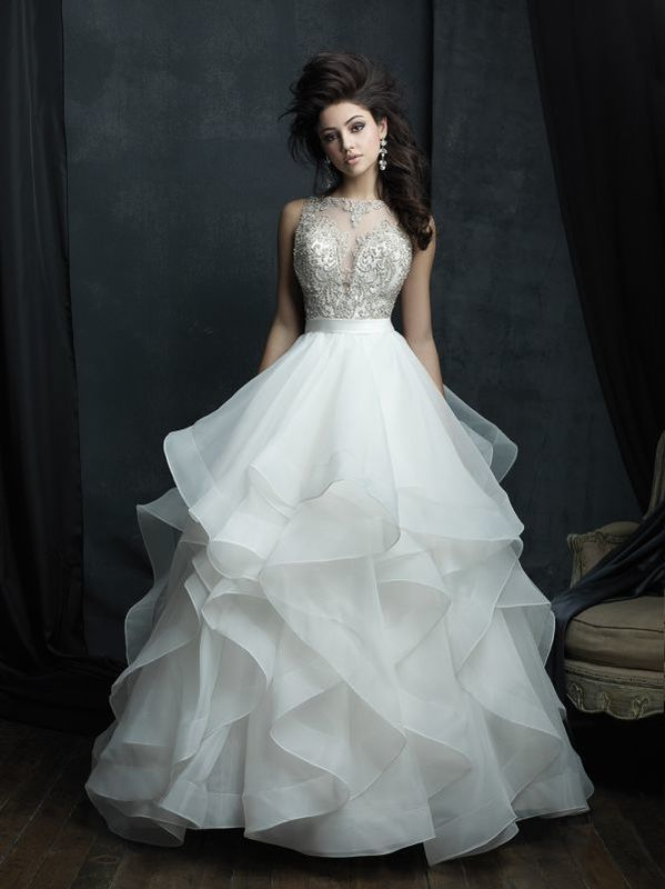 Эффектное свадебное платье с летящей многослойной юбкой с волнами