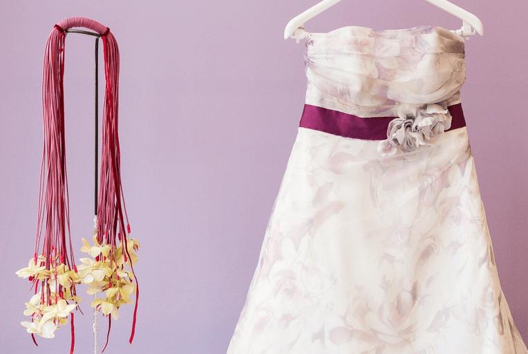 Beispiel: Blumenschmuck passend zum Brautkleid, Foto: Stil und Stiele.