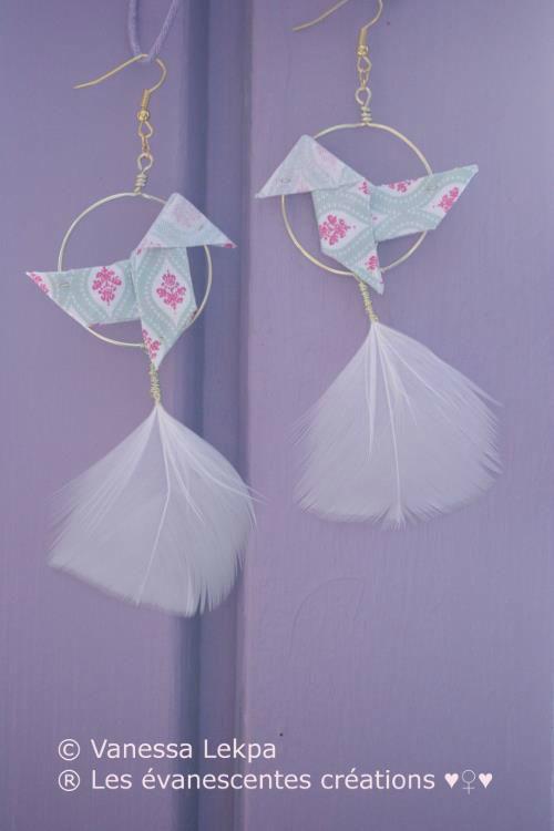 Boucles d'oreille Origami en tissu de créateur et plumes blanche véritables. (modèle unique et déposé). Plusieurs coloris sont disponible et des réalisations sur mesures sont possibles .