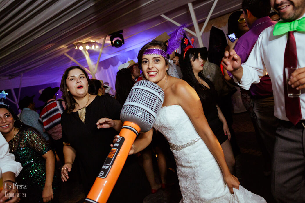 La novia ya está esperando que empiece el Karaoke!