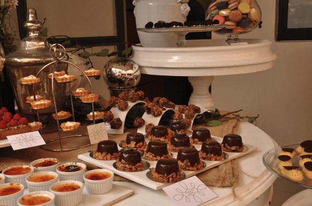 Montaje de mesa de postres con macarons y postres personalizados - Foto Le Macaron Boutique