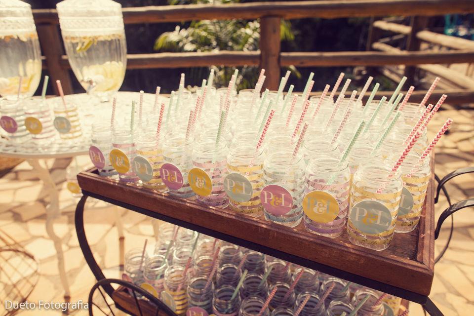 Compotas personalizadas para receber os convidados com águas aromatizadas