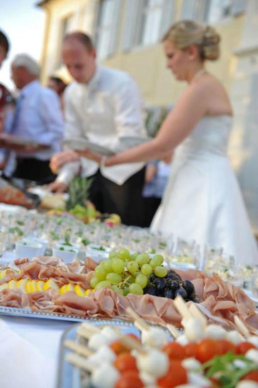 Beispiel: Brautpaar am Buffet, Foto: Avecio Café.