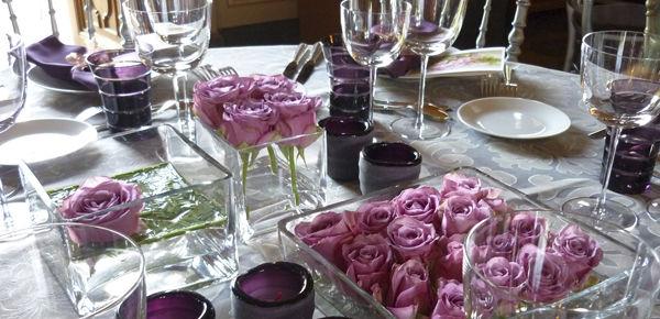 Mesa con rosasa malva a diferentes volumenes y tamaños.  http://lafloreria.net