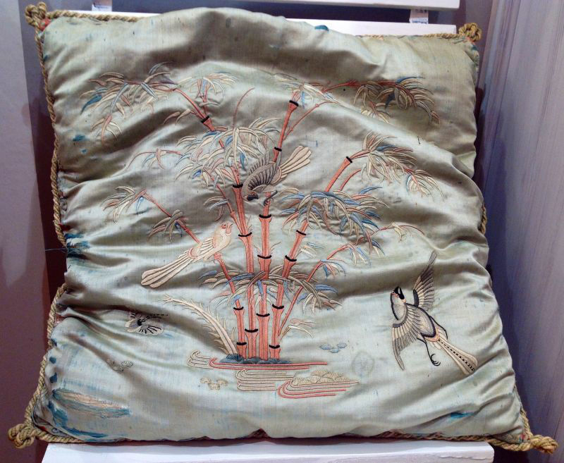 Cojín de seda bordada, Napoleón III, finales del s.XIX. Origen: Francia.