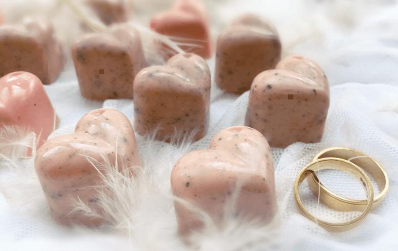 AmordeChocolate Chocolates personalizados:sabor e originalidade. Na foto, corações de chocolate branco com Oreos: crocantes e irresistíveis!