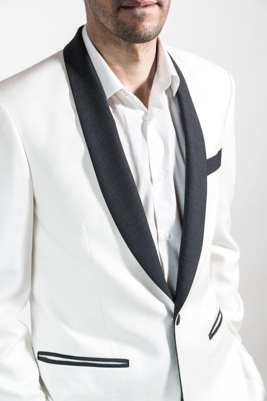 Veste de costume type smoking blanche et revers gris foncé  Réalisation : Sur Mon 31