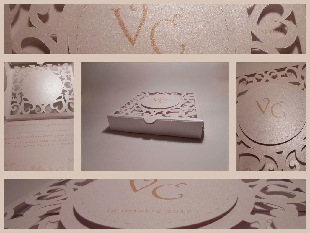 Partecipazione in box con intaglio sul coperchio e tag con iniziali sposi