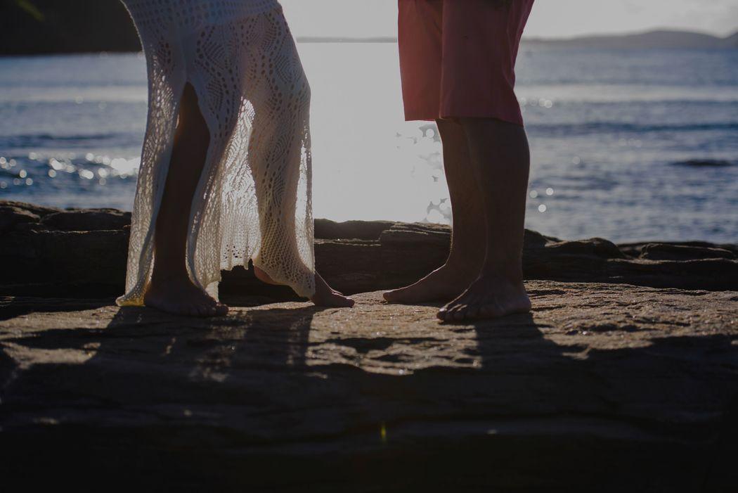 noivos pisando na praia