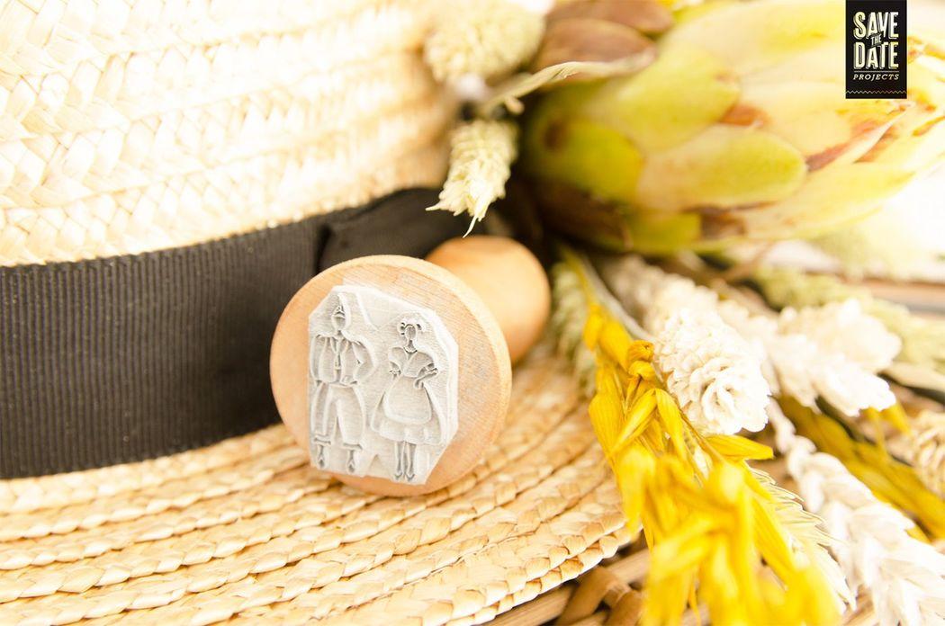 Detalle sello de caucho con logo de boda.
