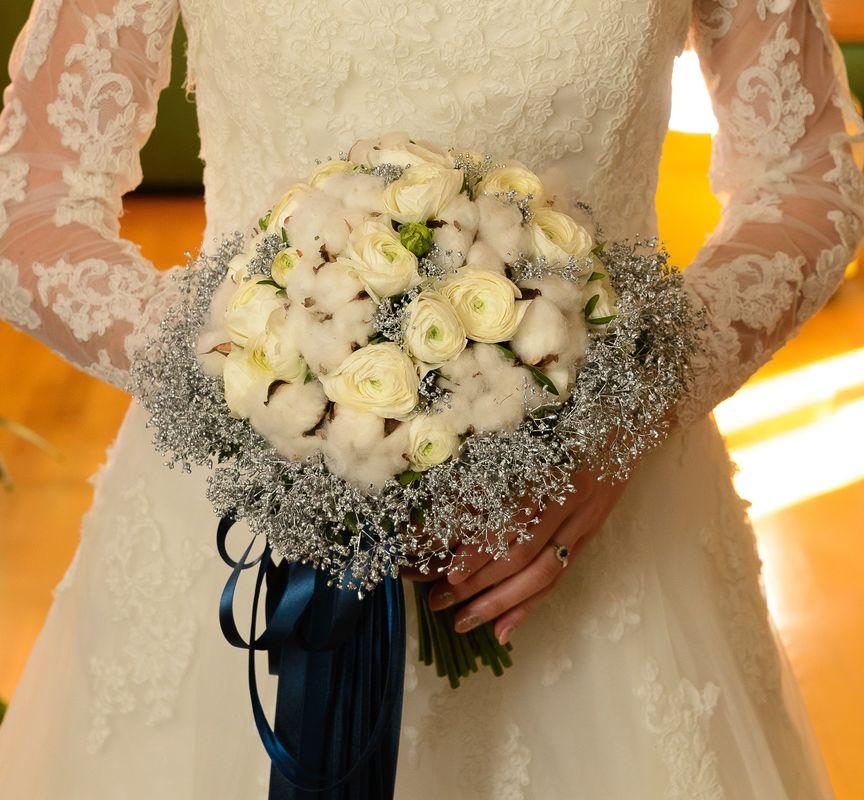 Bouquet de mariée rond, tiges apparentes