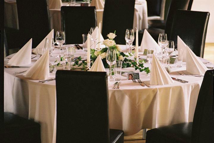 Beispiel: Weiße Tischdekoration, Foto: Schloss Ottersbach.