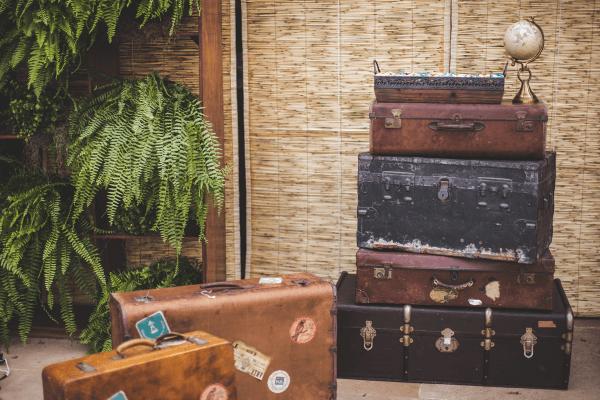 As malas antigas serviram de estante para os bem-casados