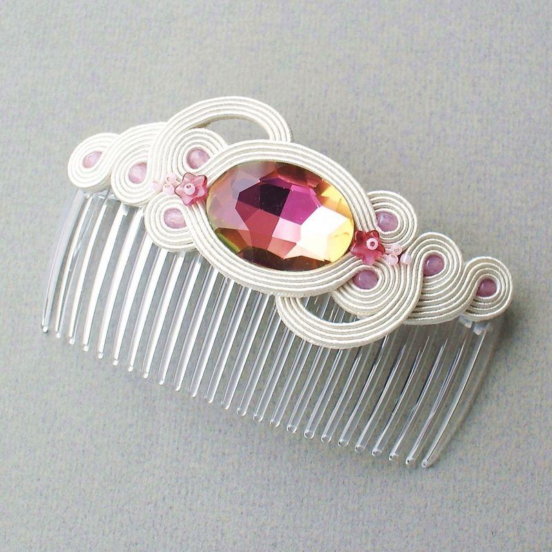 Grzebień wykonany z kryształu oraz drobnych szklanych koralików.